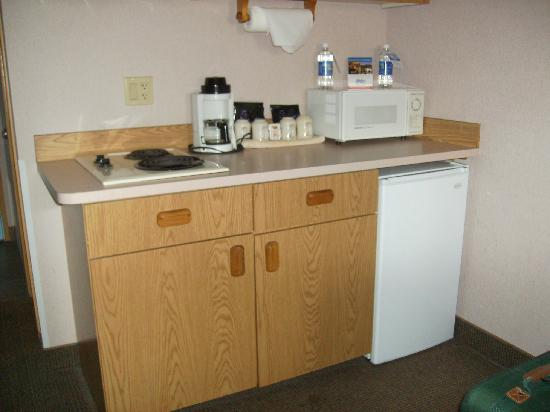Shilo Inn Suites Seaside East: Fridge, stove, microwave,etc.
