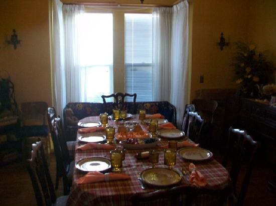 Flavia's Place Bed & Breakfast: dining room