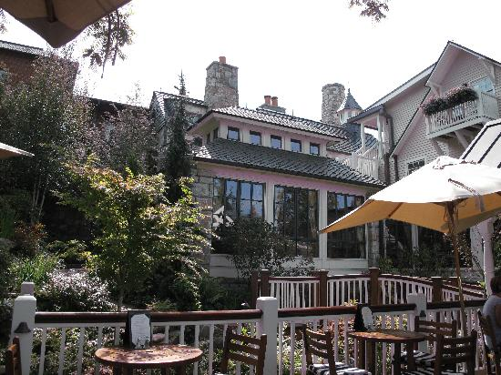 Old Edwards Inn and Spa: Overall view from outdoor dining area