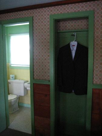 Mid-Town Motel: Closet and Bathroom