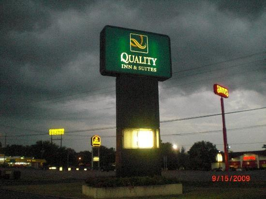 Quality Inn & Suites: sign was busted in the back-no sign of being repaired