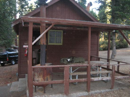 Grant Grove Cabins: Outside of Cabin