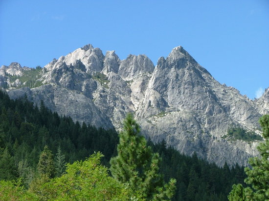 Dunsmuir, CA: Here's a view of the Castle Crags--NOT from the State Park. We could not see them from the campg