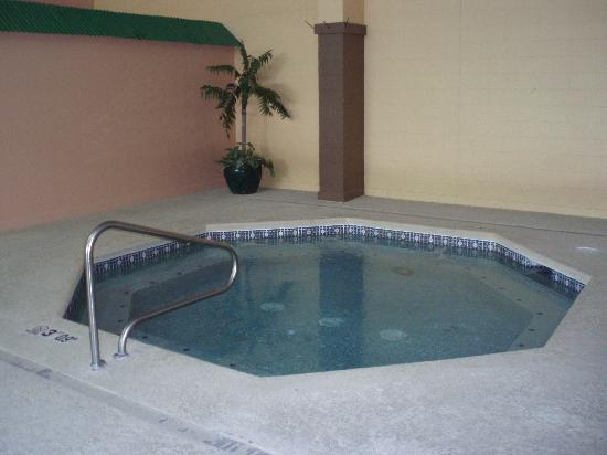 La Quinta Inn &amp; Suites Cincinnati Sharonville: Large hot tub