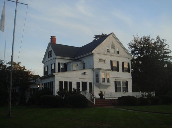 Scargo Manor Bed and Breakfast : view from the street