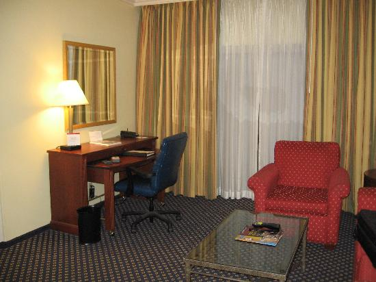 Marriott Waterford: The living room in our suite (#519)