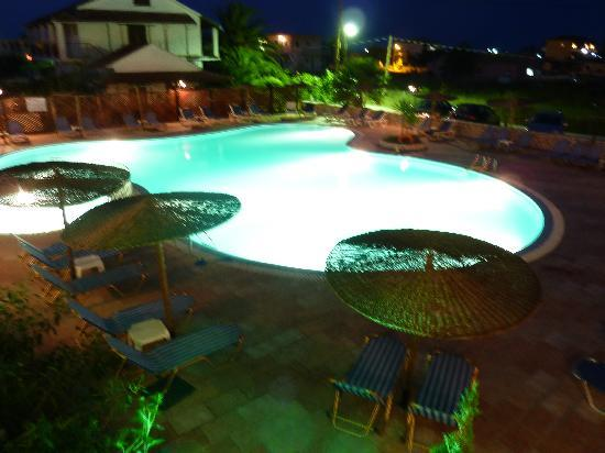 Anemona Studios &amp; Apartments: Night view of the pool