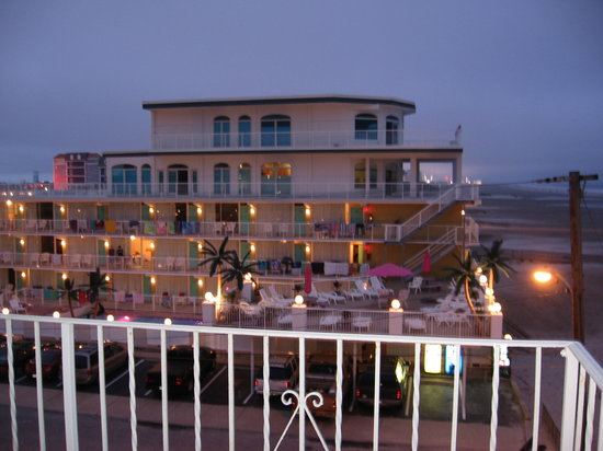 Paradise Oceanfront Resort: view from accross the street