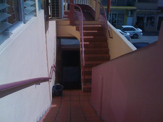 Joe Mike's Hotel Plaza: stairs from rooms upstairs to front desk