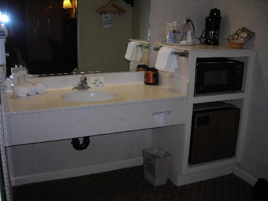 Quality Inn &amp; Suites: Vanity Area