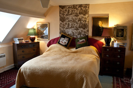 Byfield House: Upstairs guestroom.  Wonderful bed and plush pillows!