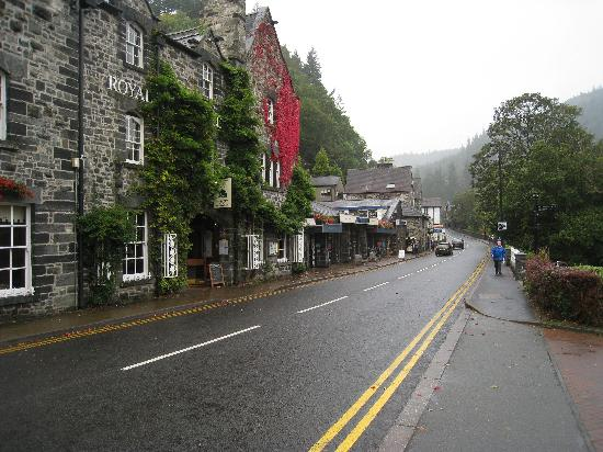 Stables Lodge: The main street through Betws-y-Coed