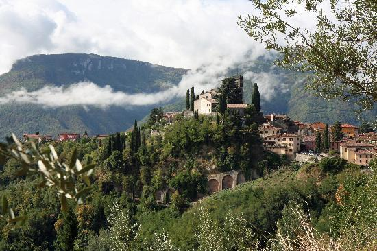 Casa Fontana Tuscany B&B : View of Barga from one of Ron's walks