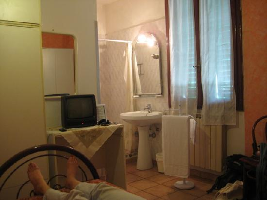 Hotel Masaccio : Room with window to busy street 