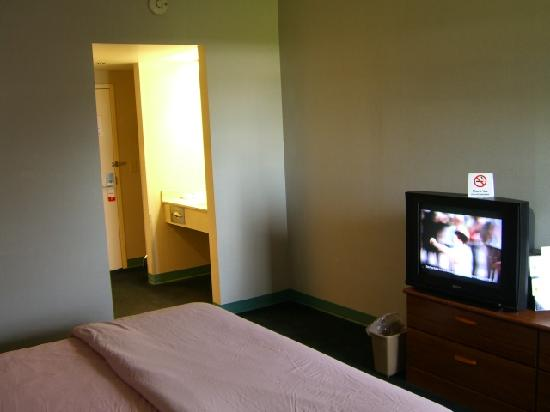 Super 8 Chambersburg / Scotland Area: Room entry