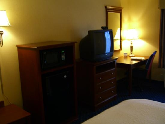 Hampton Inn & Suites Fredericksburg South: TV, fridge and microwave