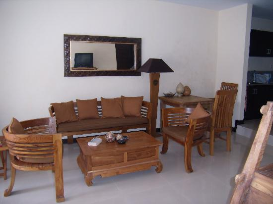 Taman Agung Hotel: lounge room in 2 bed suite