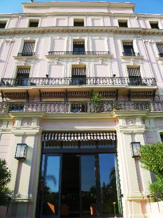 Hotel Royal Riviera : entrance from the orangerie