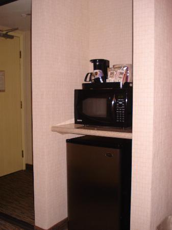 Holiday Inn Express Newport Beach: Microwave and fridge