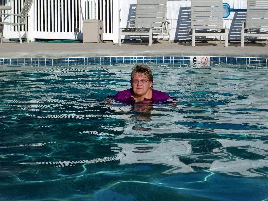 Ne'r Beach Motel: sherri in the pool