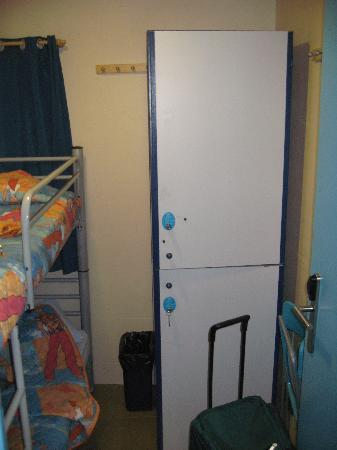 Be Mar Hostel: (B)room(closet)
