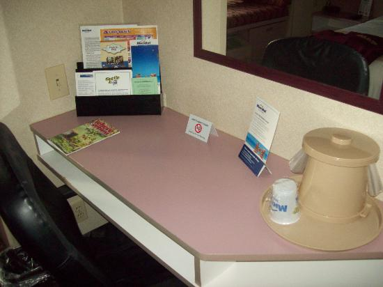 Microtel Inn by Wyndham Erie: desk area