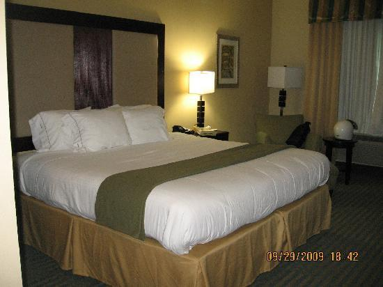 Holiday Inn Express Hotel & Suites Gulf Shores: This bed was soooooo comfy