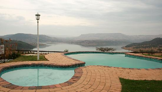 Blue Haze Country Lodge: View overlooking the swimming pool