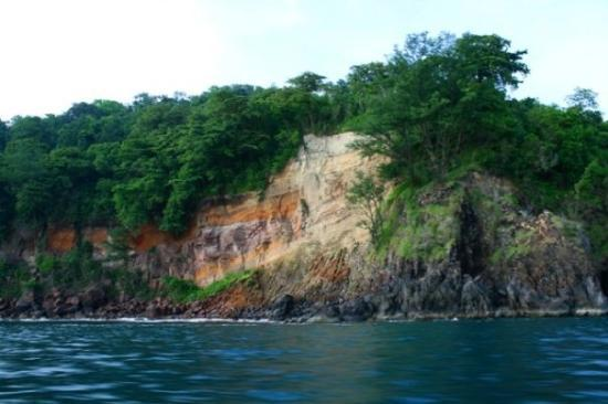 http://media-cdn.tripadvisor.com/media/photo-s/01/51/73/d3/tebing-batu-pulau-sertung.jpg