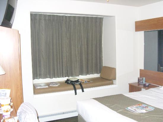 ‪‪Microtel Inn & Suites by Wyndham Anchorage Airport‬: the single queen bed room‬