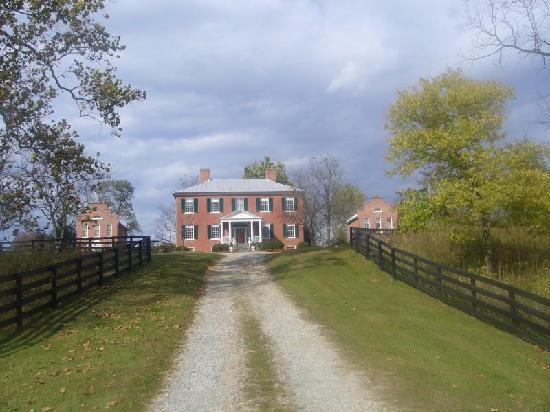 Smithfield Farm Bed and Breakfast: The main house as seen from the driveway