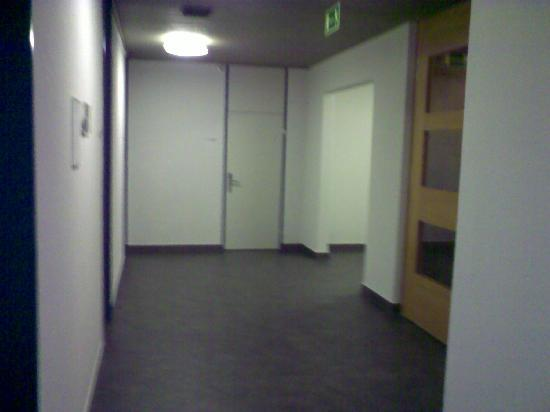 Zurich Youth Hostel: first floor corridor