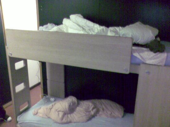 Zurich Youth Hostel: bunks in room