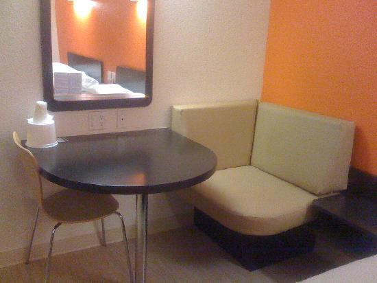 Motel 6 Anaheim Maingate: The mirror that I had to use when the bathroom was occupied
