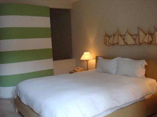 Hostal Nicolas de Ovando-Mgallery : the bedroom with the weird green strikes but very good indeed...