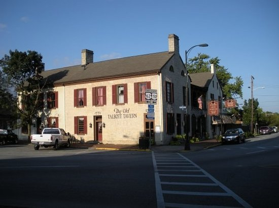 Old Talbott Tavern: Side view from the traffic circle