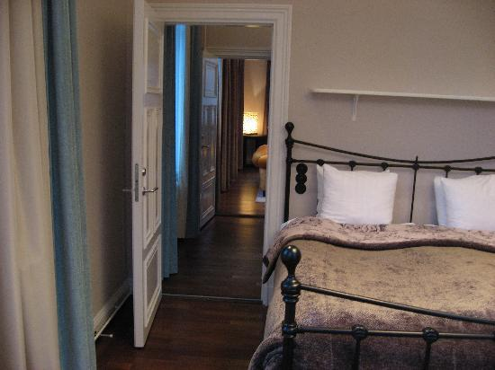 Lydmar Hotel: Bedroom looking down corridor to living room