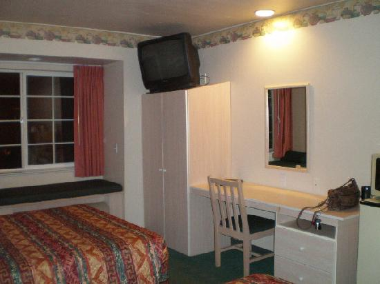 River Canyon Lodge Inn and Suites: Closet and desk