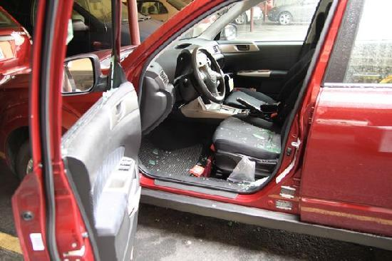America&#39;s Best Inn San Francisco: Our car with the glass broken in the same location.