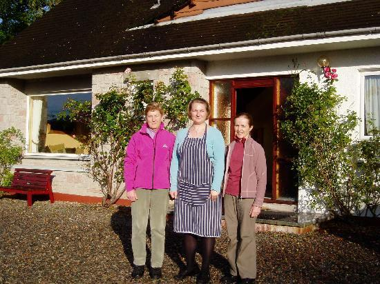 The Braes Guest House: Host Teresa in the middle