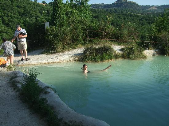 Bagno Vignoni, Italy: Lake in the foot of the hill (no charge)