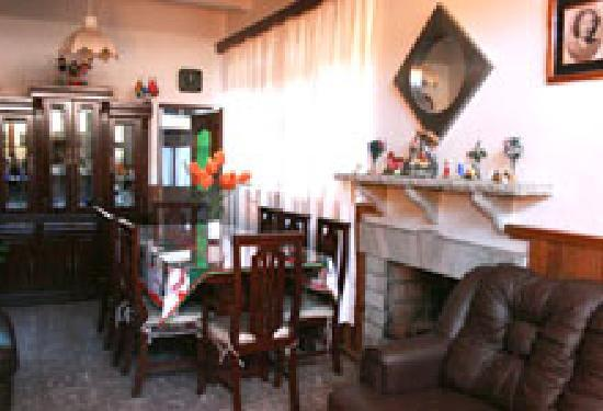 El Hogar de Carmelita: living/dining room