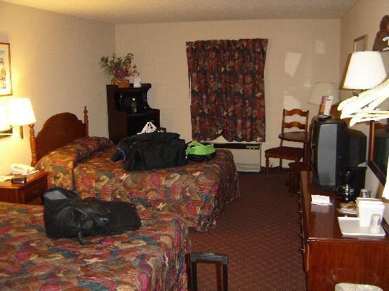 Knights Inn Sandusky: Our room... don't mind the mess we made :)