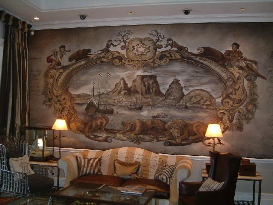 Cape Grace: Hotel lounge with hand painted mural