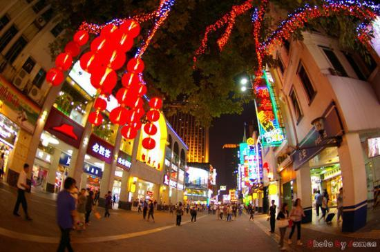 http://media-cdn.tripadvisor.com/media/photo-s/01/56/e3/eb/shopping-street-in-guangzhou.jpg
