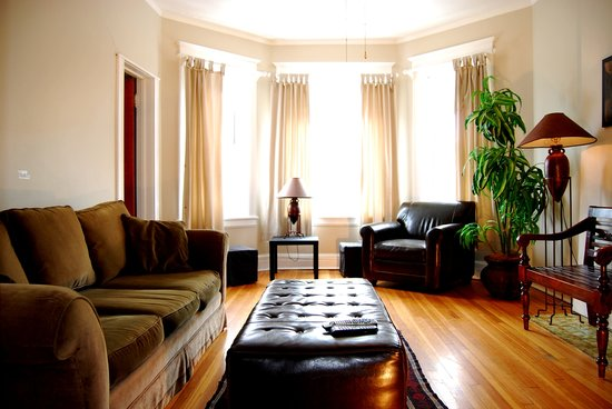 Lincoln Park Oasis: Living room - Unit 2