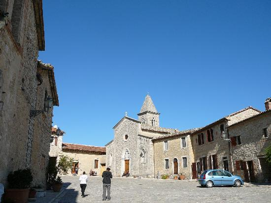 Fattoria Titignano: La piazza del Borgo Mediovale di Titignano