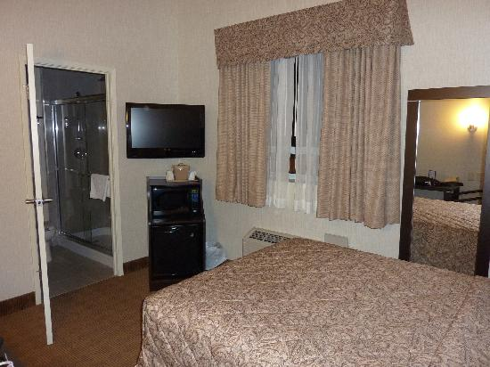 Canadas Best Value Inn: Room