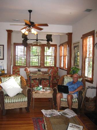 Bokeelia Tarpon Inn: Living and Dining Room