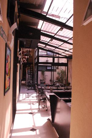Amable Buenos Aires hostel: Corridor towards breakfast lounge